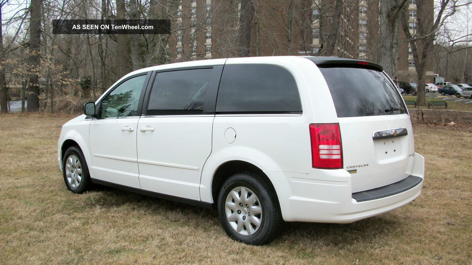 2010 chrysler town country lx mini van 7 passenger stow go seating runs 100. Black Bedroom Furniture Sets. Home Design Ideas