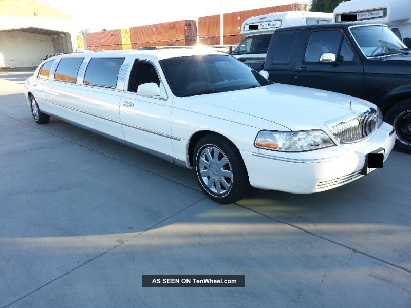 2004 Lincoln Town Car Executive Limousine 4 - Door 4.  6l Town Car photo