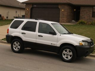 2005 Ford Escape Hybrid Sport Utility 4 - Door 2.  3l photo