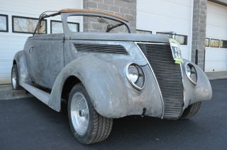 1937 Ford Deluxe Club Cabriolet photo