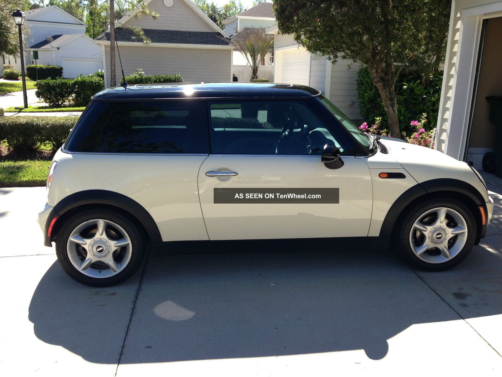 2004 mini cooper base hatchback 2 door 1 6l. Black Bedroom Furniture Sets. Home Design Ideas
