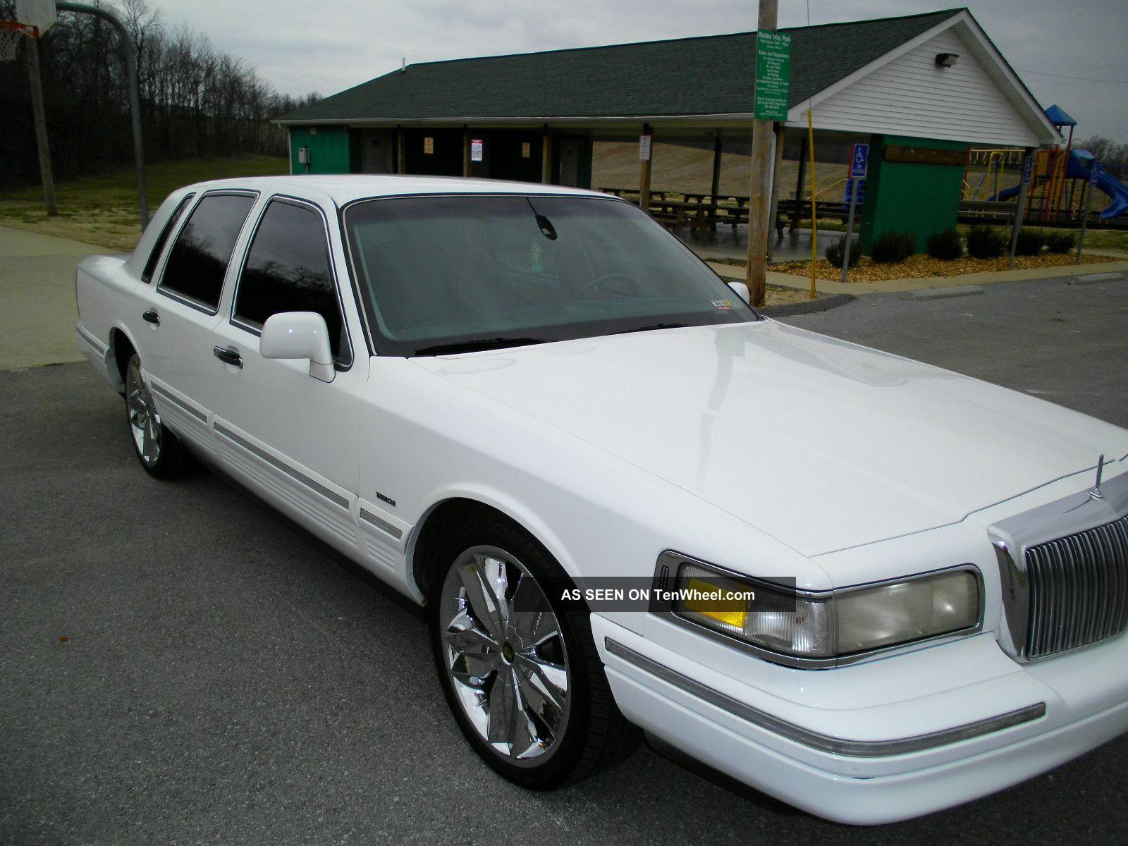 1995 Lincoln Town Car Signature Sedan 4 - Door 4.  6l Town Car photo