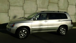 2005 Toyota Highlander Base Sport Utility 4 - Door 3.  3l photo