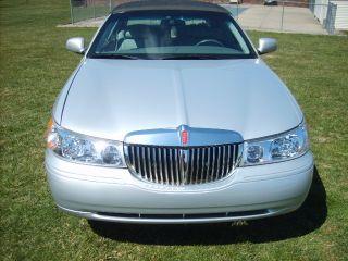 ((- - 2001 Lincoln Town Car Signature Sedan 4 - Door 4.  6l - -)) photo