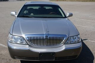 2003 Lincoln Town Car Signature Sedan 4 - Door 4.  6l photo