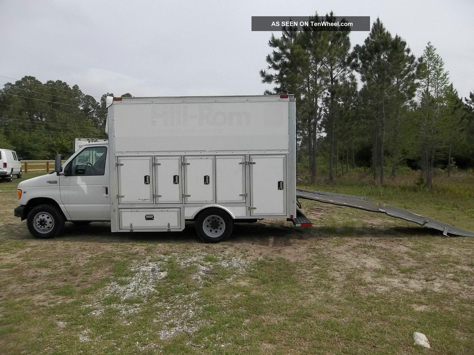 2002 Ford E - 350 Econoline Base Cutaway Van 2 - Door 5.  4l E-Series Van photo