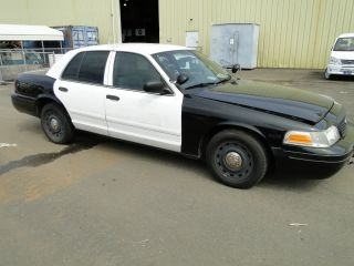 2004 Ford Crown Victoria - 4 Door Sedan – Ex Police photo
