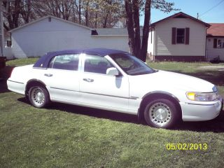 2001 Lincoln Town Car Executive Sedan 4 - Door 4.  6l photo