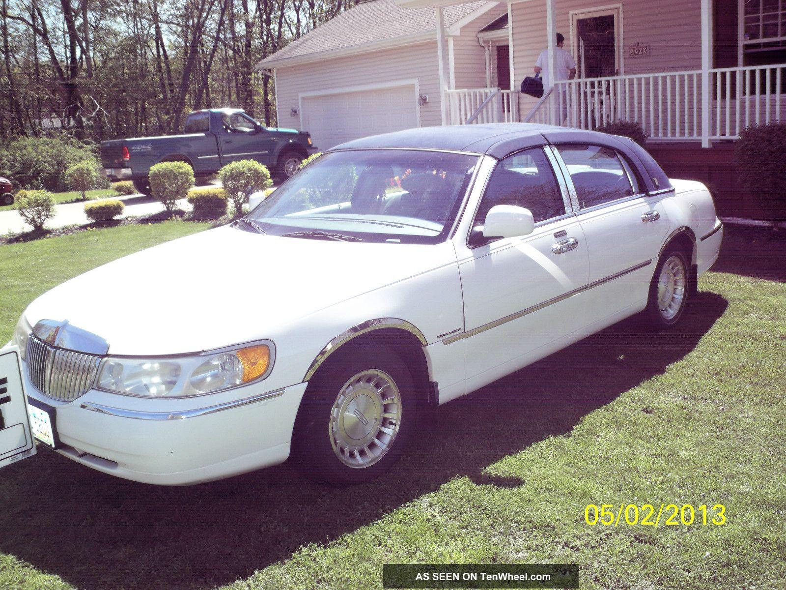 2001 lincoln town car executive sedan 4 door 4 6l. Black Bedroom Furniture Sets. Home Design Ideas