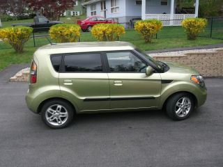 2010 Kia Soul Base Hatchback 4 - Door 1.  6l photo