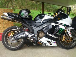 2006 Kawasaki Ninja Zx6r (636cc) Tires. .  2 Keys. .  Helmet. .  Coat. .  Gloves. . photo