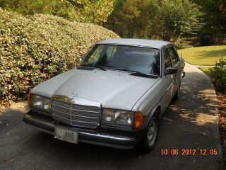 1982 Mercedes - Benz 240d Base Sedan 4 - Door 2.  4l photo