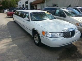 2000 Lincoln Town Car Stretch Limousine photo