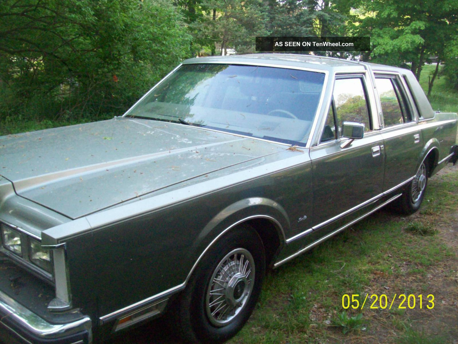 1984 lincoln town car signature sedan 4 door v8. Black Bedroom Furniture Sets. Home Design Ideas