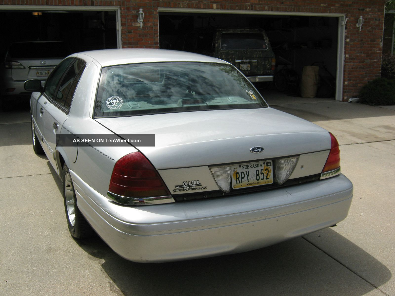 2001 Ford Crown Victoria Base Sedan 4 - Door 4.  6l Crown Victoria photo