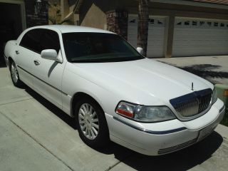2003 White Lincoln Town Car Signature Series photo
