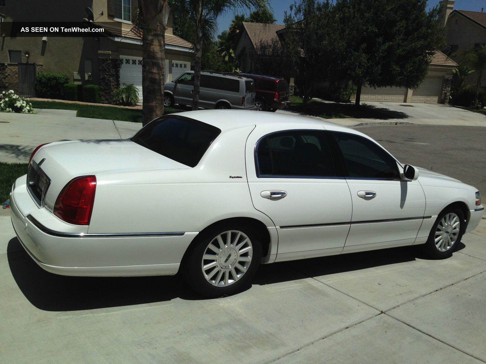2003 White Lincoln Town Car Signature Series