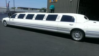 2006 Lincoln Town Car Limousine - 180