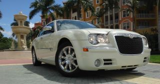 2010 Chrysler 300 C Sedan 4 - Door 5.  7l Hemi Pearl White Satellite photo