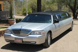 2004 Lincoln Town Car Executive Limousine 4 - Door 4.  6l photo